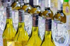MOSKVA - SEPTEMBER 29, 2018: Flaskor med vitt vin och tomma vinexponeringsglas på tabellen arkivbilder