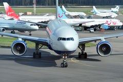 MOSKVA - SEPTEMBER 05: Flygplan i flygplatsen Domodedovo Royaltyfri Bild