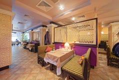 MOSKVA - SEPTEMBER 2014: Inre av den orientaliska restaurangen Arkivfoto