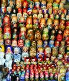 MOSKVA - September 19, 2017: Mycket stort val av matryoshkas arkivbild