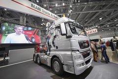 MOSKVA SEPTEMBER, 5, 2017: SilverMANlastbil på utställningen ComTrans-2017 för kommersiell transport MANlastbilutställningar Bili royaltyfria bilder