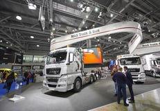 MOSKVA SEPTEMBER, 5, 2017: SilverMANlastbil på utställningen ComTrans-2017 för kommersiell transport MANlastbilutställningar Bili royaltyfri bild