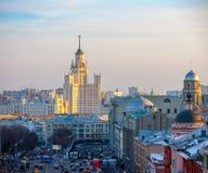 Moskva sikt av skyskrapan på den Kotelnicheskaya invallningen royaltyfri fotografi