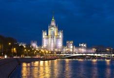 Moskva skyskrapa på natten Arkivbilder