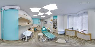 MOSKVA - SOMMAR 2018, sfärisk panorama 3D med vinkel för visning 360 av det blåa tand- kontoret ordna till för virtuell verklighe Royaltyfri Foto