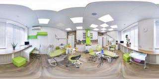 MOSKVA - SOMMAR 2018, sfärisk panorama 3D med vinkel för visning 360 av det gröna moderna tand- kontoret ordna till för virtuell  Royaltyfri Fotografi