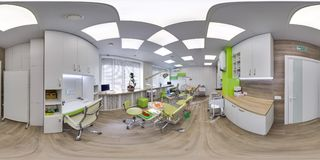 MOSKVA - SOMMAR 2018, sfärisk panorama 3D med vinkel för visning 360 av det gröna moderna tand- kontoret ordna till för virtuell  Arkivfoto