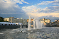 Moskva springbrunnar på floden Royaltyfri Foto