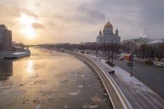 Moskva till och med ögonen av en turist sikten från den stora stenbron Fotografering för Bildbyråer
