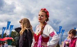 Moskva Victory Park, Juni 11, 2018: kvinna i rysk nationell dräkt som ler se kameran royaltyfria foton