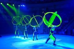 Moskvacirkusen på is turnerar på Jonglera med omfångsrika geometriska diagram Royaltyfria Bilder