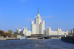 Moskvacityscape med huset för höghus för Stalin ` s det bostads- på Ko Fotografering för Bildbyråer