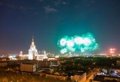 Moskvadelstatsuniversitet med fyrverkerit royaltyfri fotografi
