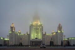 Moskvadelstatsuniversitet på natten med låga moln Arkivbild