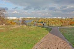 Moskvaflod i Kolomenskoye, Moskva Royaltyfri Bild