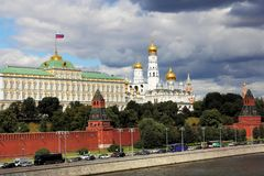 Moskvaflod, Kremlinvallning och MoskvaKreml arkivfoto