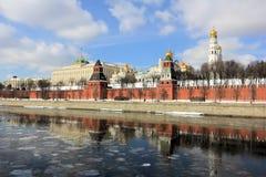 Moskvaflod, Kremlinvallningen och Kreml på våren royaltyfri fotografi