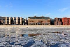 Moskvaflod och Prechistenskaya invallning i vinter arkivbilder