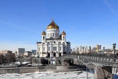 Moskvaflod, patriark- patriarkat och domkyrkan av Kristus frälsaren i mars royaltyfria bilder