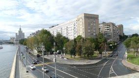 Moskvaflod, skyskrapa och byggnader på invallningen I arkivfilmer