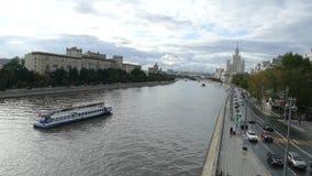 Moskvaflod, skyskrapa och nöjefartyg stock video