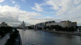 Moskvaflod, skyskrapa och nöjefartyg arkivfilmer