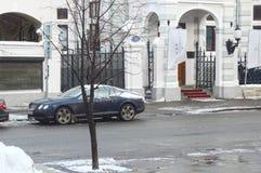 Moskvagator En Bentley som parkeras på ingången till restaurangen av det centrala huset av författare Arkivfoto