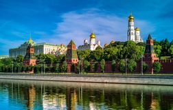MoskvaKreml i den tidiga soliga morgonen i sommar royaltyfri foto