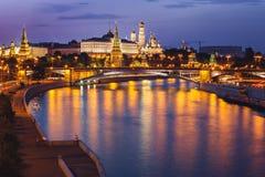 MoskvaKreml i skymning arkivfoton