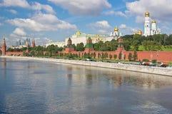 MoskvaKreml och Moskva flod Arkivbild