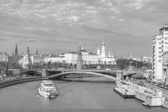 MoskvaKreml och Moskva flod i Moskva, Ryssland Arkivfoton