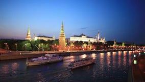 MoskvaKreml och Moskva flod på natten arkivfilmer