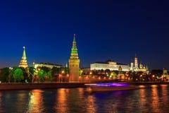 MoskvaKreml och skepp på natten Arkivbilder