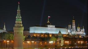 MoskvaKreml och St-basilikas domkyrka förtöjd sikt för nattportship lager videofilmer