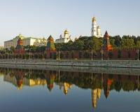 MoskvaKreml och tre torn reflekterade sikt i floden Fotografering för Bildbyråer