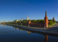 MoskvaKreml på gryning, Kremlinvallning Royaltyfria Foton