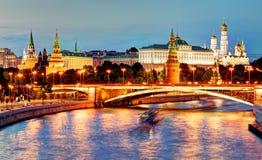 MoskvaKreml p? natten, Ryssland med floden royaltyfri fotografi