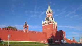 MoskvaKreml, panorama för röd fyrkant, Spasskaya torn på morgonen stock video