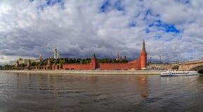 MoskvaKreml, sikt från floden Arkivbild