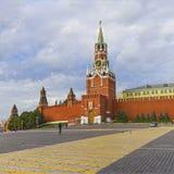 MoskvaKreml, Spasskaya torn, röd fyrkant på daw Royaltyfri Foto