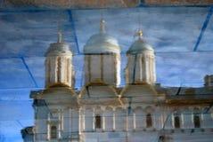 MoskvaKremlkyrka abstrakt reflexionsvatten Färgfoto Arkivbild