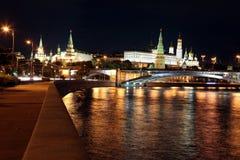 MoskvaKremlslott med den kyrka-, Moskva floden och den stora stenen Arkivfoton