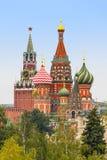 MoskvaKremlSpasskaya torn, domkyrka för St-basilika` s runt om royaltyfria bilder