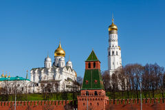 MoskvaKremlvägg och Ivan det stora Klocka tornet Arkivbild