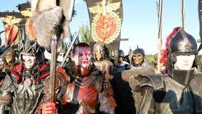 Moskvaområde, RYSSLAND - Augusti 22, 2018: Cosplayers som visar Warhammer den bepansrade krigareteckendräkten för roll-att spela lager videofilmer