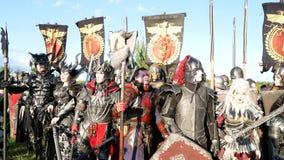 Moskvaområde, RYSSLAND - Augusti 22, 2018: Cosplayers som visar Warhammer den bepansrade krigareteckendräkten för roll-att spela stock video