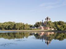 MoskvaOstankino damm och Treenighetkyrka i Ostankino Royaltyfria Bilder