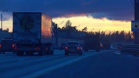 MOSKVAREGION, RYSSLAND - APRIL, 30, 2017 Novorizhskoe huvudväg till det västra av Moskva på solnedgången video 4K stock video
