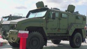 Moskvaregion, Ryssland - Augusti 22, 2018: Armerat outroadmedel som kan användas till mycket med grön kamouflage lager videofilmer