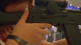 Moskvaregion, Ryssland - Augusti 22, 2018: Flickan försöker att använda vapnet stock video